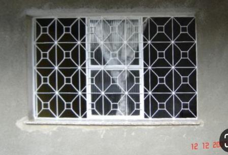 欧洲某地的铁窗棂