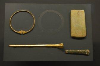 金臂釧,金笄(平谷刘家河遗址,公元前16至14世纪)